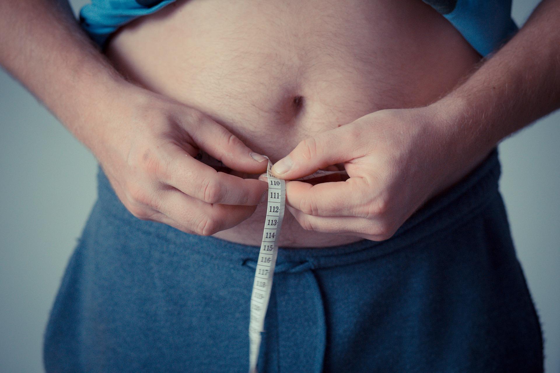 otyła osoba z miarką