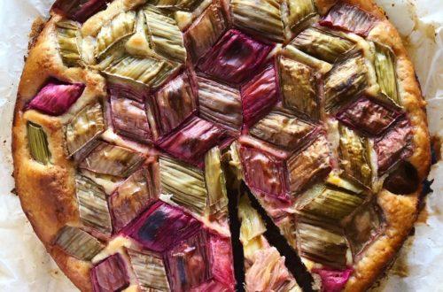 Drożdżowe ciasto orkiszowe z rabarbarem
